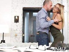 La ragazza magra termina un appuntamento romantico con una scopata anale