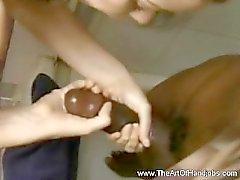 Interracial Masturbación con la mano