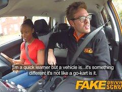 Fake Driving School estudiante de ébano con tetas grandes