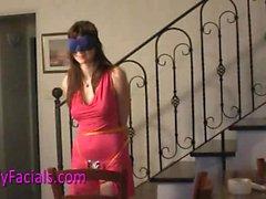 Teen Lucy obtiene faciales en esclavitud