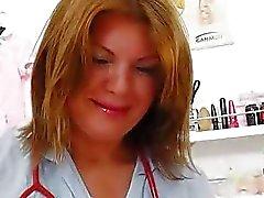De MILF Brunette que se divierten en la enfermera practicante de uni