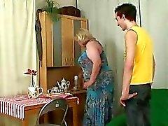 Fru kommer sig i när hennes stora mamma rider på kuken