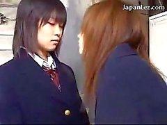 Две молодых Schoolgirls в военной форме , страстно целоваться в гардеробе