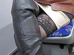 Ragazza che fishnet calze e stivali di pelle colore nero su un autobus