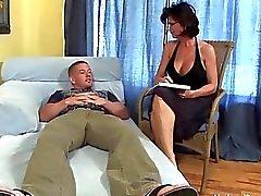 Peituda maduras shags com seu jovem paciente com tesão