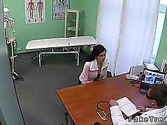 Lilla bröst brunett kom för läkare för bröst Implantaten och snart är hon knullas på hans kontor