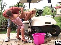 Sleten trängs in på en golfvagn