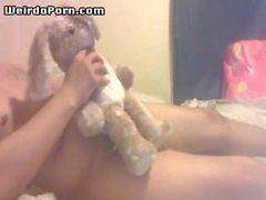 Konstigt kille knullar en kanin leksak