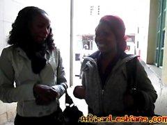 Lesbische Aktion zwischen zwei afrikanischen Babes im Badezimmer