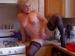 Mycket sexig mormor har en soaking våt fitta
