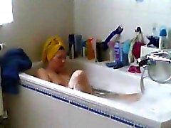 Spiare mia mamma da barba la figa a bagno d'