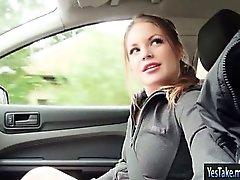 Adolescentes Alessandra a Jane golpeado en el carro