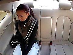 Teenager bruna Lea fa scopare per soldi