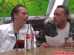 Euro hooker seks gezisi adamların yüzünde oturur