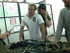 Şanslı askerler bazı sıcak ordu kızları tarafından uçurulur