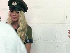 Glückliche Kunden erhalten durch einige heiße Armee Mädchen geblasen