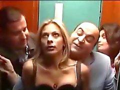 A Le mete punteada un Rubia ha tetona en el ascensor