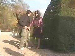 Hete euro Babe neukt in een openbaar park !