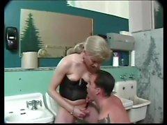 Brandy Scott baise un gars dans la salle de bain.