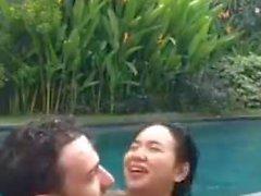 cogida de Indonesia en la piscina durante vivo