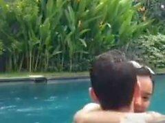 Indonesischer Fick im Pool während des Lebens