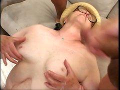 Saggy sadık büyükanne üç azgın dudes tarafından delinir ve cum yiyor