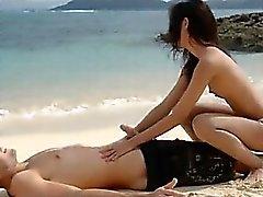 Amantes da extremamente quentes loving na praia
