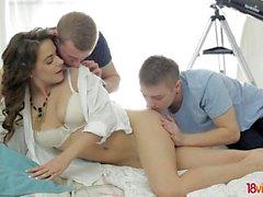Teeny lär sig om 3some sex