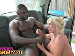 Женщина Поддельного такси Большой черный петух делает Cabbie диплом