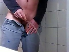 Transman pipi dans la douche