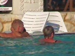 Sexo em uma piscina pública