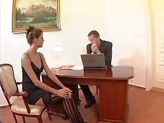 Nerd sexo secretária no meias elevadas da coxa