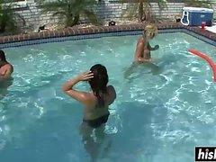 Belle ragazze si rilassano in piscina