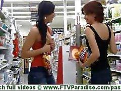 Rita en Madeline hete lesbische paar zoenen in het openbaar en uitkleden en speelde kut buitenshuis