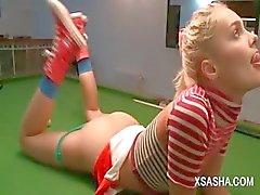 Ruso de la muñeca lindo del de Sasha masturbándose mesa de billar