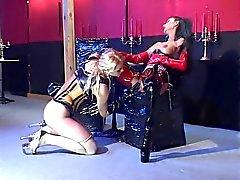 Een blatex blonde slaaf vingeren haar koningin