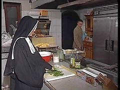 Nun Allemagne faire enculer in kitchen