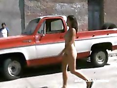 Behaarde Mexicaanse vriendin naakt op straat