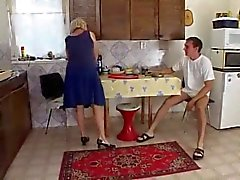 La mamá la cocina