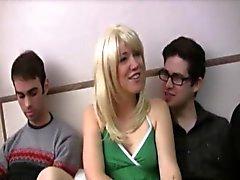 Mignon amateur blonde Gwenn est sur un lit avec deux gars Jared
