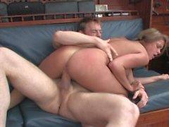 Langbeinige Brünette mit schönen Titten reitet großen Schwanz und Doggystyle auf der Couch gefickt