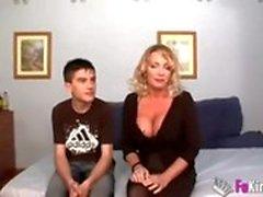 Liten pojke knullar mamma hårdare än sin far, nöjd mamma
