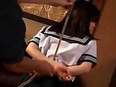 Hübsche japanische Schülerin mit sexy Beine lernt eine Lektion, die ich
