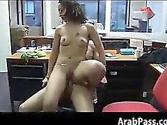 Panka arabiska knullar i ett kontor för pengar