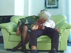 Corné le MILF granny la Norma aux seins tout tombants se fait tirer de plus jeune