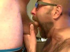 Bearded grabb fattar två laster att att ovansidan sin kompis