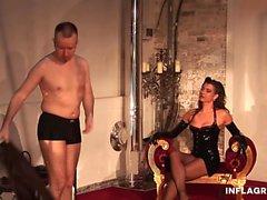 A alta dominatrix alemã com um corpo quente adora puni-la