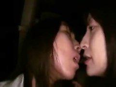 Kaksi ihastuttava ja kiimainen Oriental lesbot jakaminen passiona