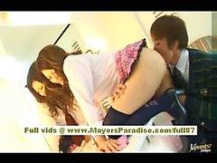 Risa Tsukino Asiatisches Mädchen in der gleichmäßigen Kellnerin gerne Saugen riesigen Hahn