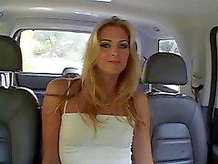 Jolie blondinette faut coq noir dans son cul